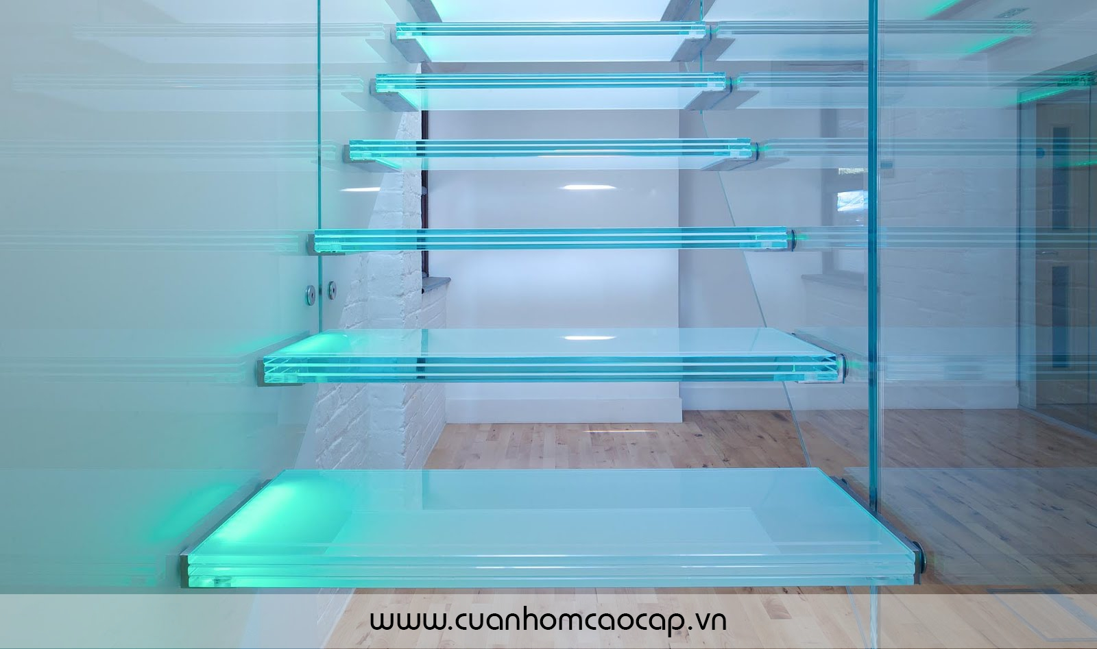 Thiết kế bậc cầu thang là kính 10mm CL ghép 3 tấm