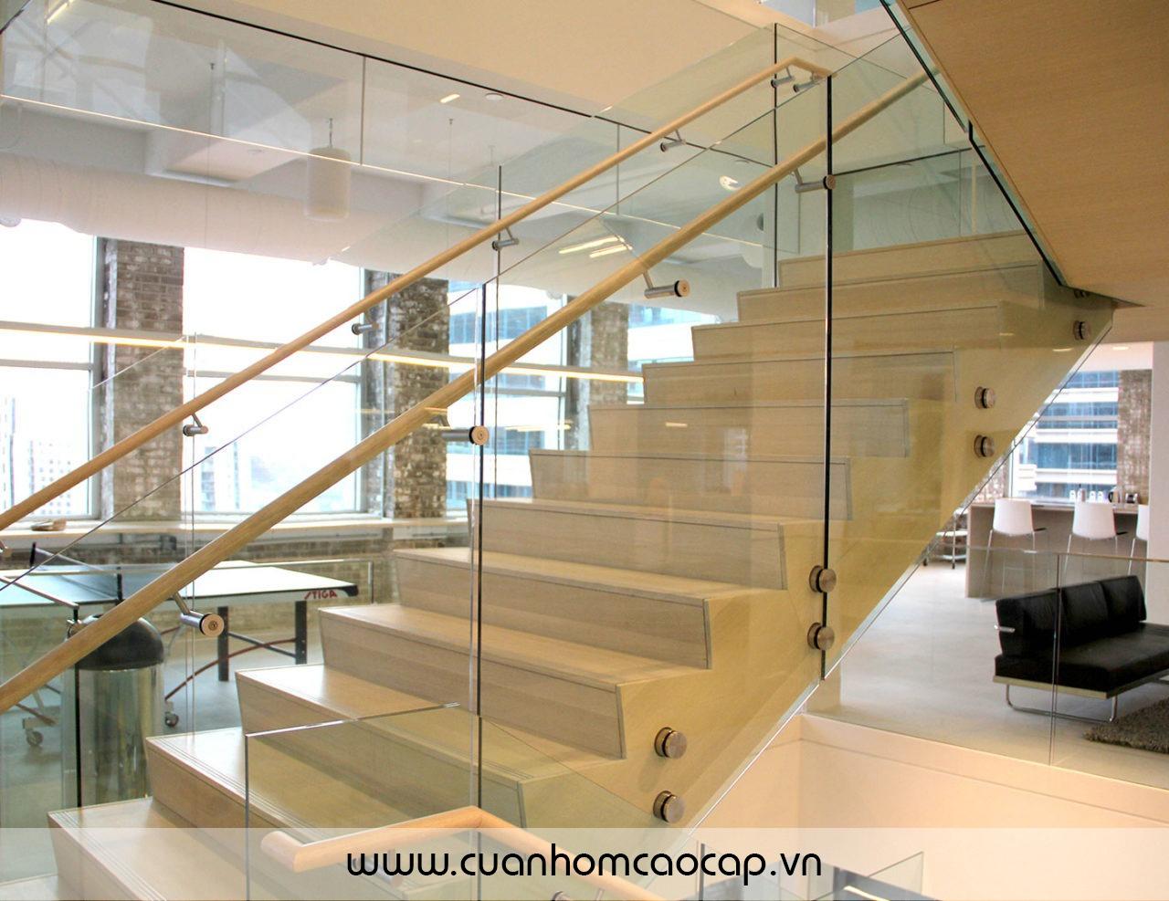 Cầu thang kính dùng ốc inox liên kết tấm kính vào cầu thang cùng với tay vịn sắt phi 42 sơn tĩnh điện